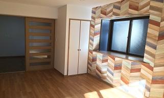 目を引く壁紙、おしゃれなデザインのお部屋