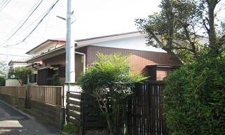 本鵠沼の住宅街にひっそりと佇む平屋